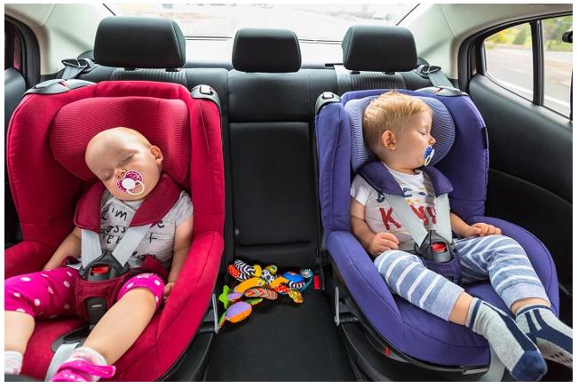 图1儿童在车内无人照管。