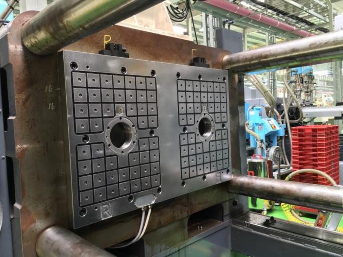 安装在450t双色旋转注射机背板上的EAS磁力模板(动板侧)thumb_IMG_0691_1024