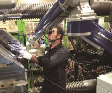 图1 使用脉冲激光焊接可以在不将模具从压力机上取下来的情况下完成注塑模具的维修。与TIG焊接相比,该工艺可以节省时间。TIG焊接过程中,需将模具从压力机中取出、加热、焊接、手工精整后再重新安装到压力机上