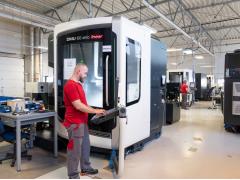 DMU eVo linear系列高性能和高精度五轴联动加工中心生产高质量的手术器械