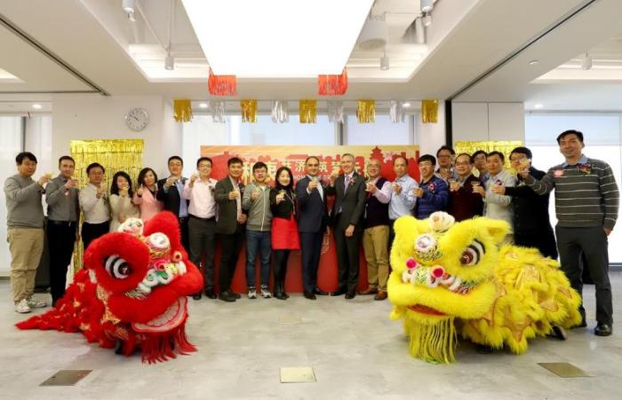 图4:赛灵思公司高层、北京团队负责人、员工代表及嘉宾共同庆祝赛灵思北京入驻新址