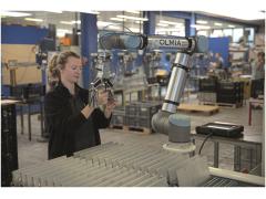 采用机器人自动装料